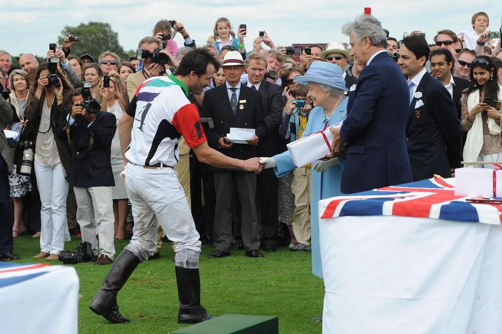 Cambiaso recebendo o prêmio das mãos da Rainha Elizabeth