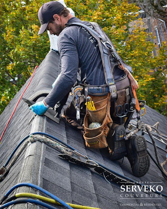 💪Nos employés travaillent d'arrache-pied pour livrer les hauts standards de qualité Serveko . . 🔧C'est pourquoi ils utilisent les meilleurs outils pour accomplir les tâches les plus difficiles . . #dewalttough #dewalt_ca #outils #qc #canada #construction #renovation #toiture #roof #roofing #couvreur #entrepreneur #qualiteserveko