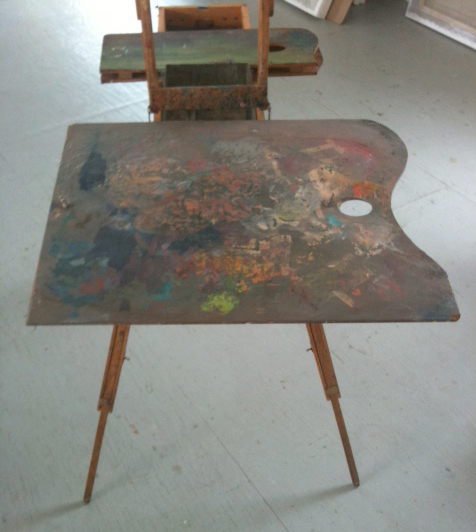 My large wooden palette for bigger canvases, attached with a bolted spring to the open drawer of the half French easel.