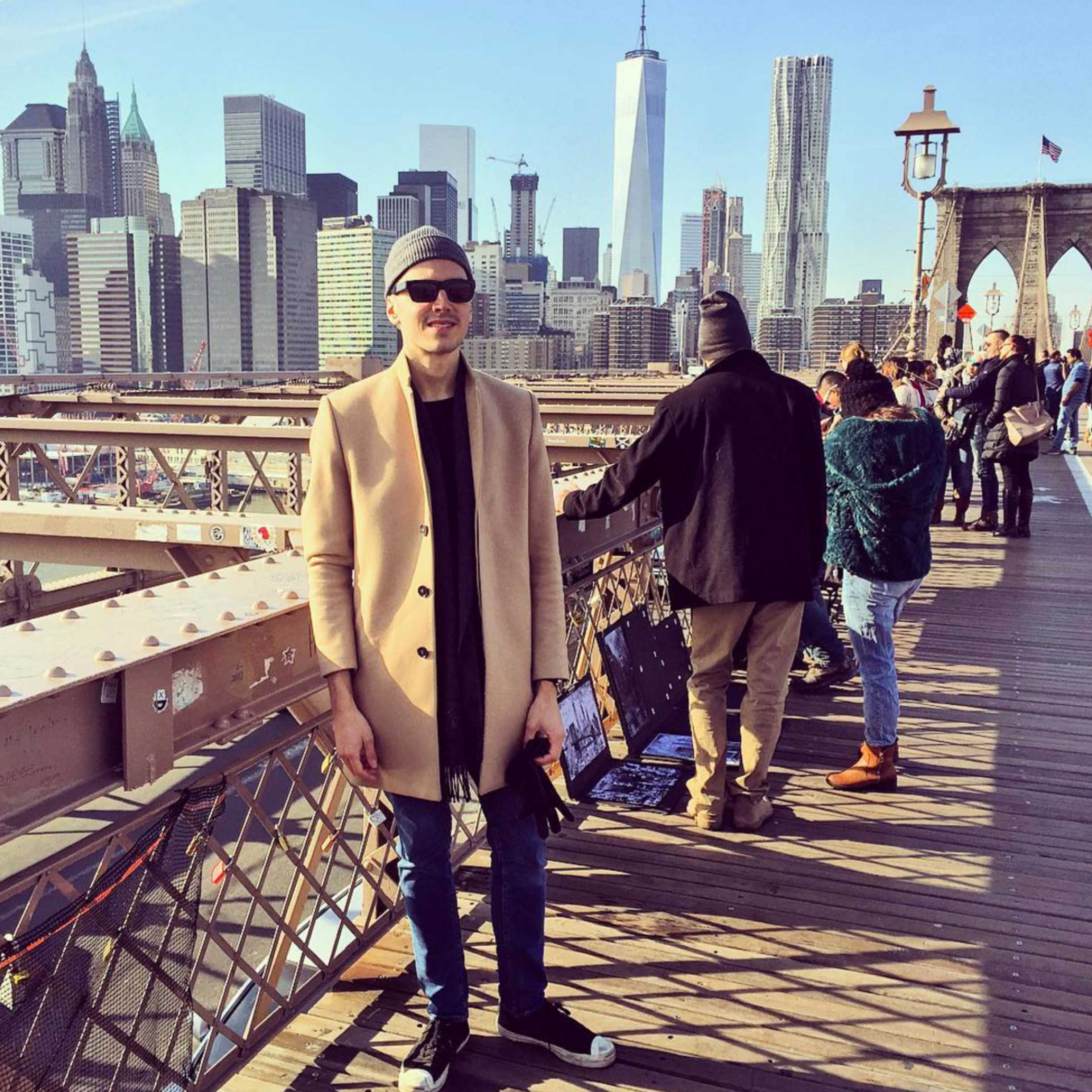 A stupid pose at the Brooklyn Bridge. Yep, a majority of Swedes and I love this city.
