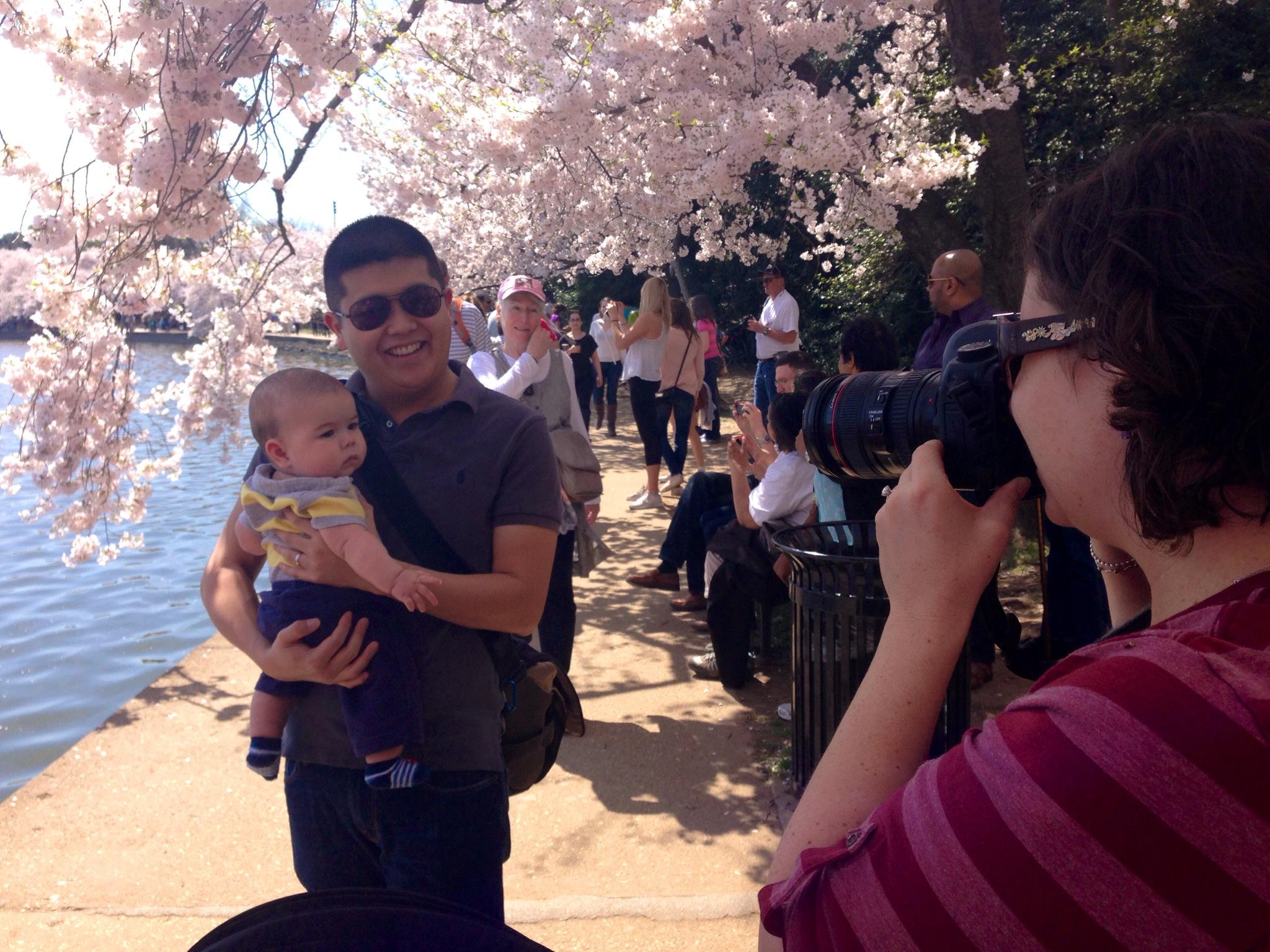 Brian, de 6 meses, no colo do pai, Grant Umeda, enquanto a mãe, Elizabeth, tira muitas fotos