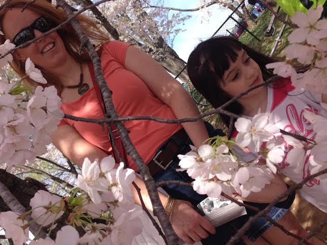 Sloane, de 5 anos, acompanhada da mãe, Emily