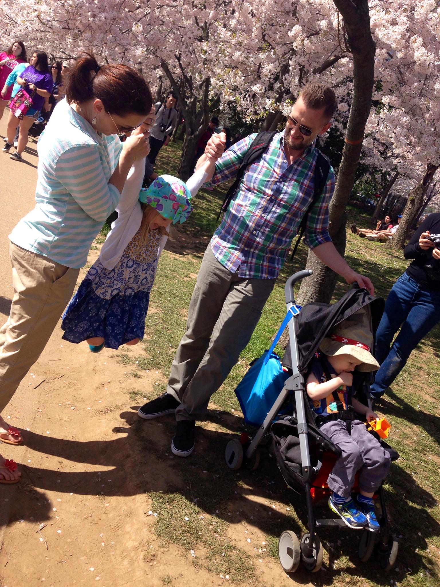 Logan, de 5 anos, Declem, de 2 anos, e os pais, Colleen e Mark: família da Virgínia