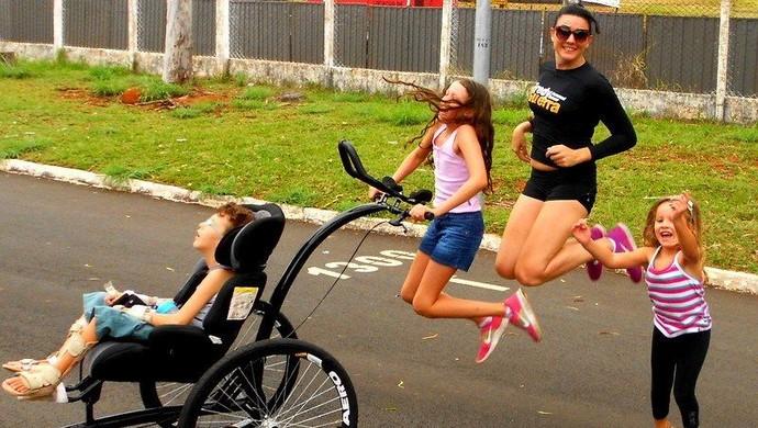 Pedro no treino com a mãe e as irmãs: Ana Júlia, de 10 anos, e Giovana, de 4 anos. (Foto: arquivo pessoal)
