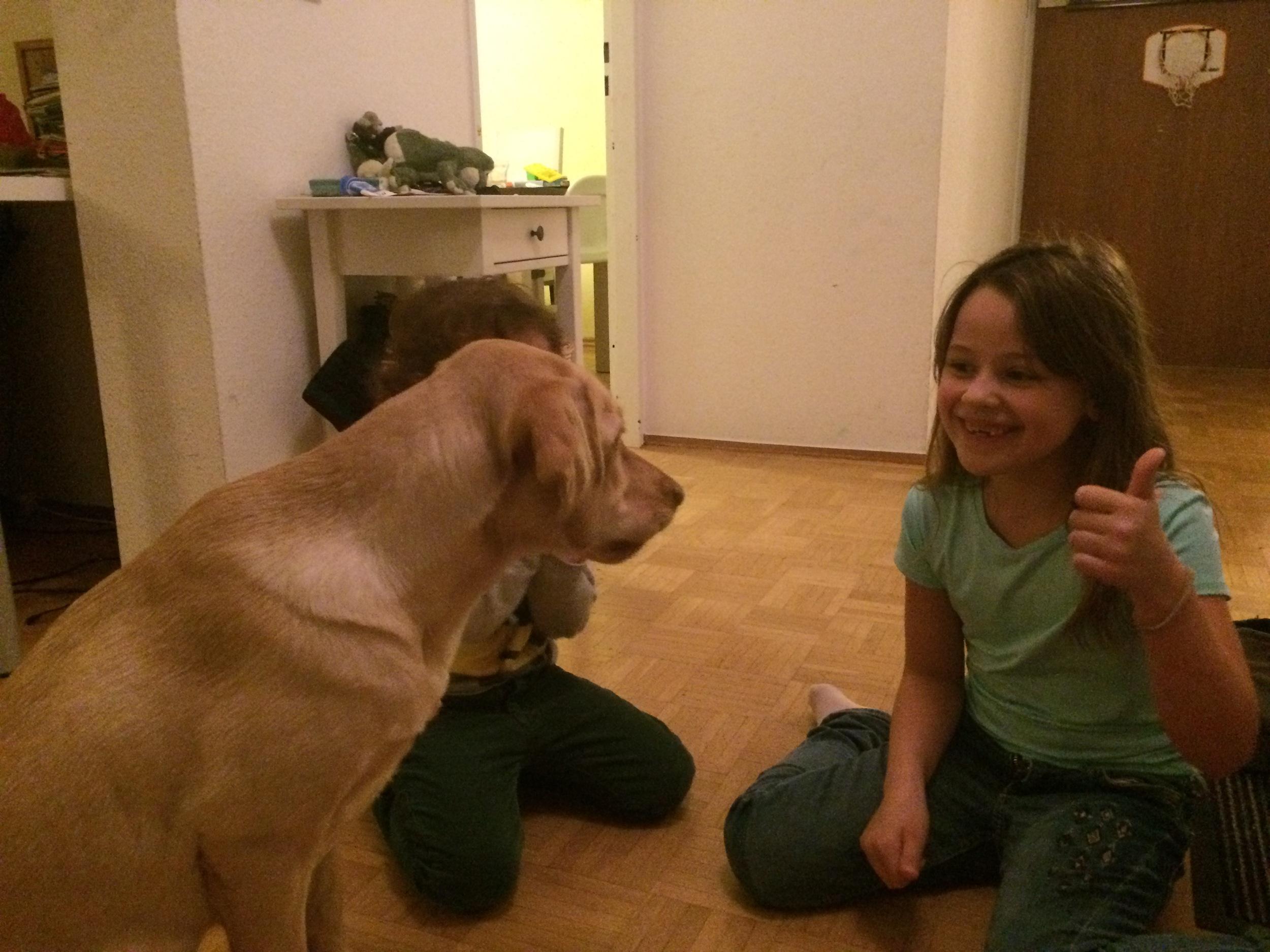 Essa foi a primeira visita da Lotti na nossa casa. Olhem a carinha de felicidade da Maria.