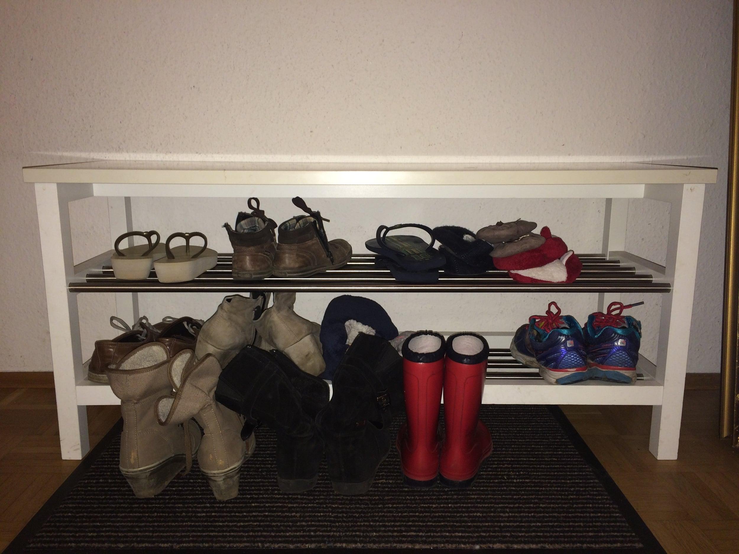 """Esse é o meu banquinho - tem até um tapete """"pega sujeira"""" embaixo. No banquinho ficam os sapatos que a gente mais usa no dia a dia, o resto fica em um sapateiro no quarto."""