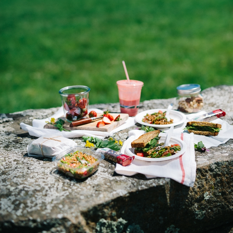 a spring picnic & an easy-peasy menu