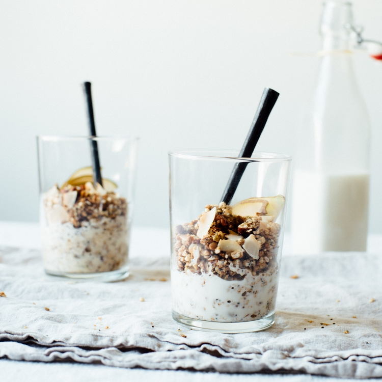 SUPERFOOD GRANOLA W/ MACADAMIA-ALMOND MILK