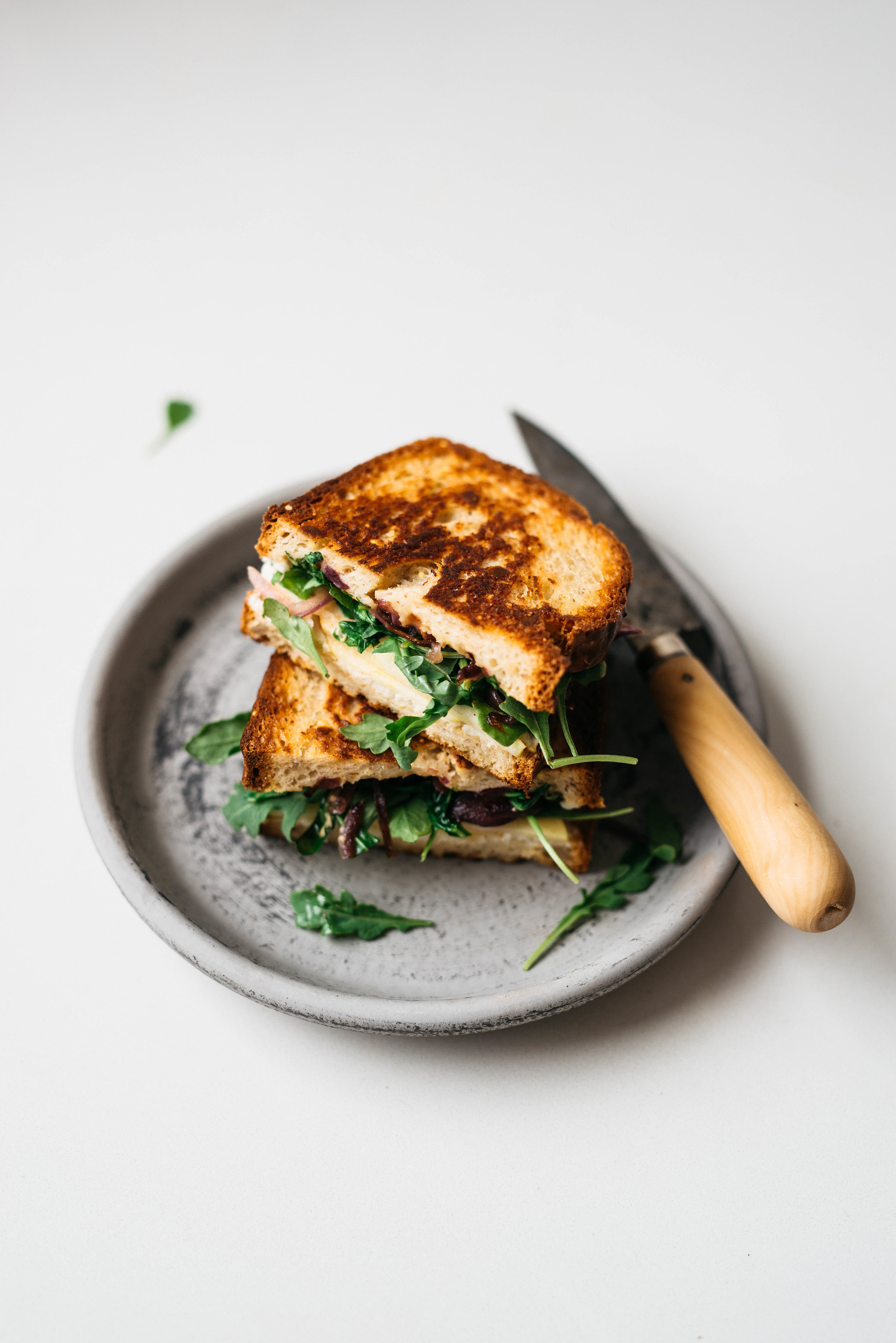 APPLE-ARUGULA GRILLED CHEESE W/ CRIPSY RED ONIONS | Dolly and Oatmeal