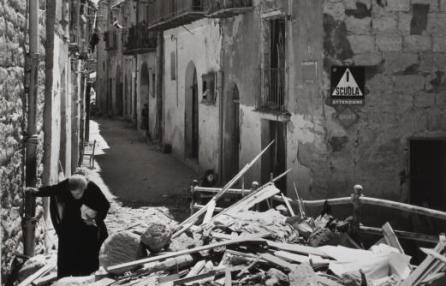 Anziana donna fra le rovine di Agrigento, 17-18 luglio 1943