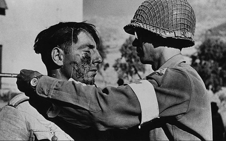 Medico di campo americano assiste un prigioniero tedesco, Sicilia luglio 1943