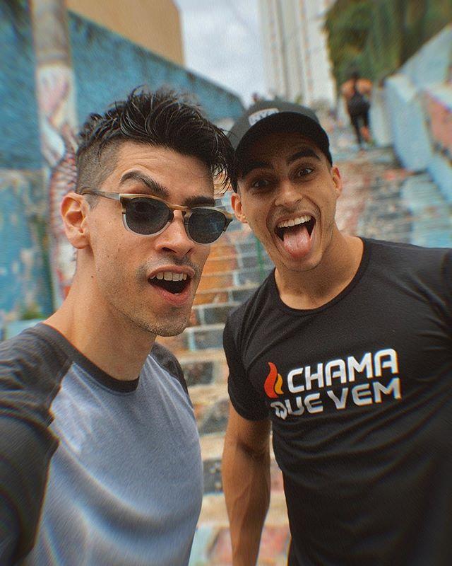 #MANODOCÉU, o @prof_cafalchio me chamou pra conhecer e treinar com a galera do @chamaquevemoficial. Foi irado!!! Vibe boa, animação, música alta, gritaria, inspiração e muito suor pelas ruas de São Paulo. Sério, eles não são um grupo qualquer e não estão lá só pra treinar. É um estilo de vida. Sabe? E é pra todo mundo!!! Enfim, a idéia é dar o seu melhor e incentivar quem está ao seu lado a se superar. E eu já quero de novo... #chamaquevem #hiitworkout #treinohiit #escadariasumare
