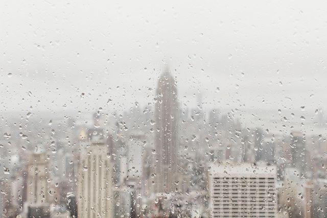 """As vezes sinto falta de contar as histórias pessoais que existem por trás das minhas fotos... Era inverno em #NYC. Chovia. Acordamos cedo, pegamos o guarda-chuva e saímos. No caminho, um carro passou em uma poça de água e me molhou da cabeça aos pés. """"Manodocéu"""", tem coisas que só acontecem comigo. Não dava pra voltar pro Hotel. Então comprei um café para me aquecer. Seguimos em frente e ao chegar no #rockefellercenter, um atendente me falou que a visão lá de cima estava quase nula por causa do mau tempo e que por isso eu deveria voltar outro dia. Eu disse que não me importava. Subimos! Ventava bastante. Não tinha ninguém e o silêncio era absoluto. Aproveitei pra tirar algumas fotos enquanto a @hanny_park segurava o guarda-chuva na tentativa de me proteger e não deixar a câmera molhar. E foi assim, de frente pra essa vista gelada e incomum que eu finalmente coloquei a mão no bolso, tirei uma caixinha e dei pra ela: """"quer casar comigo""""? . . . . . . . #NewYork #NewYorker #NewYorkCity #NovaYork #canon_photos"""