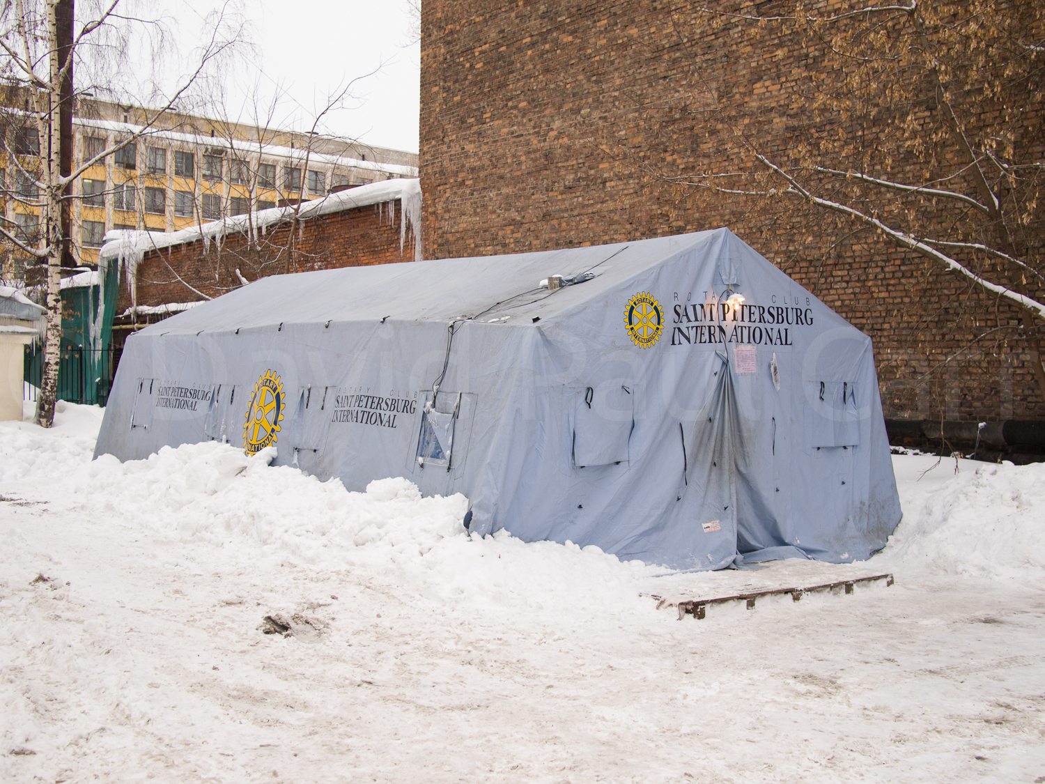 The NGO Nochlezkha has installed a tent that serves as emergency night shelter for a few of Saint Petersburg's homeless. Temperatures at night can drop to -20°C.