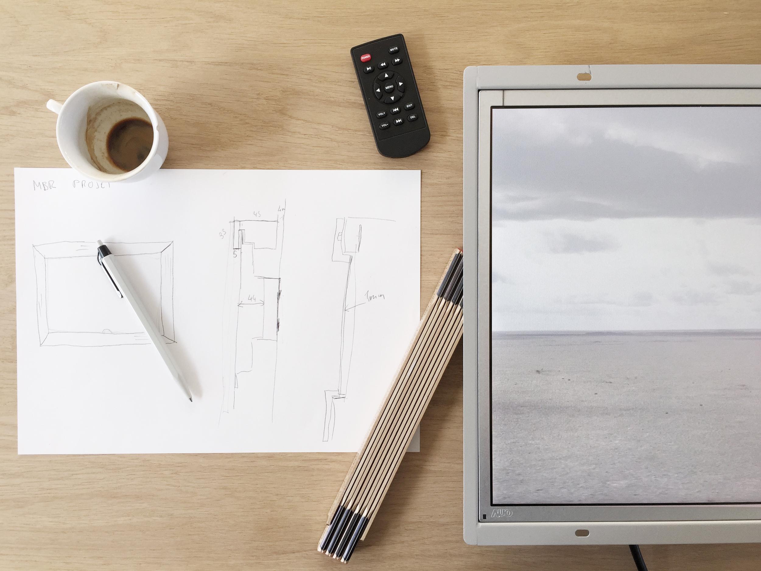 ....Building the screen casing..Construction du caisson pour l'écran....