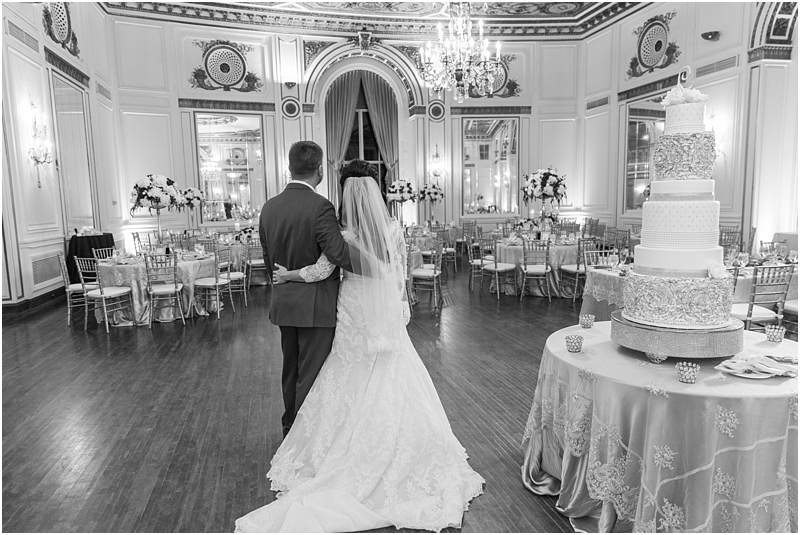 elegant-classic-wedding-photos-in-detroit-mi-at-the-colony-club-detroit-institute-of-arts-the-most-blessed-sacrament-by-courtney-carolyn-photography_0121.jpg