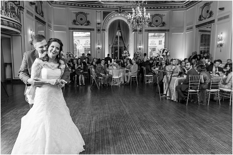elegant-classic-wedding-photos-in-detroit-mi-at-the-colony-club-detroit-institute-of-arts-the-most-blessed-sacrament-by-courtney-carolyn-photography_0131.jpg