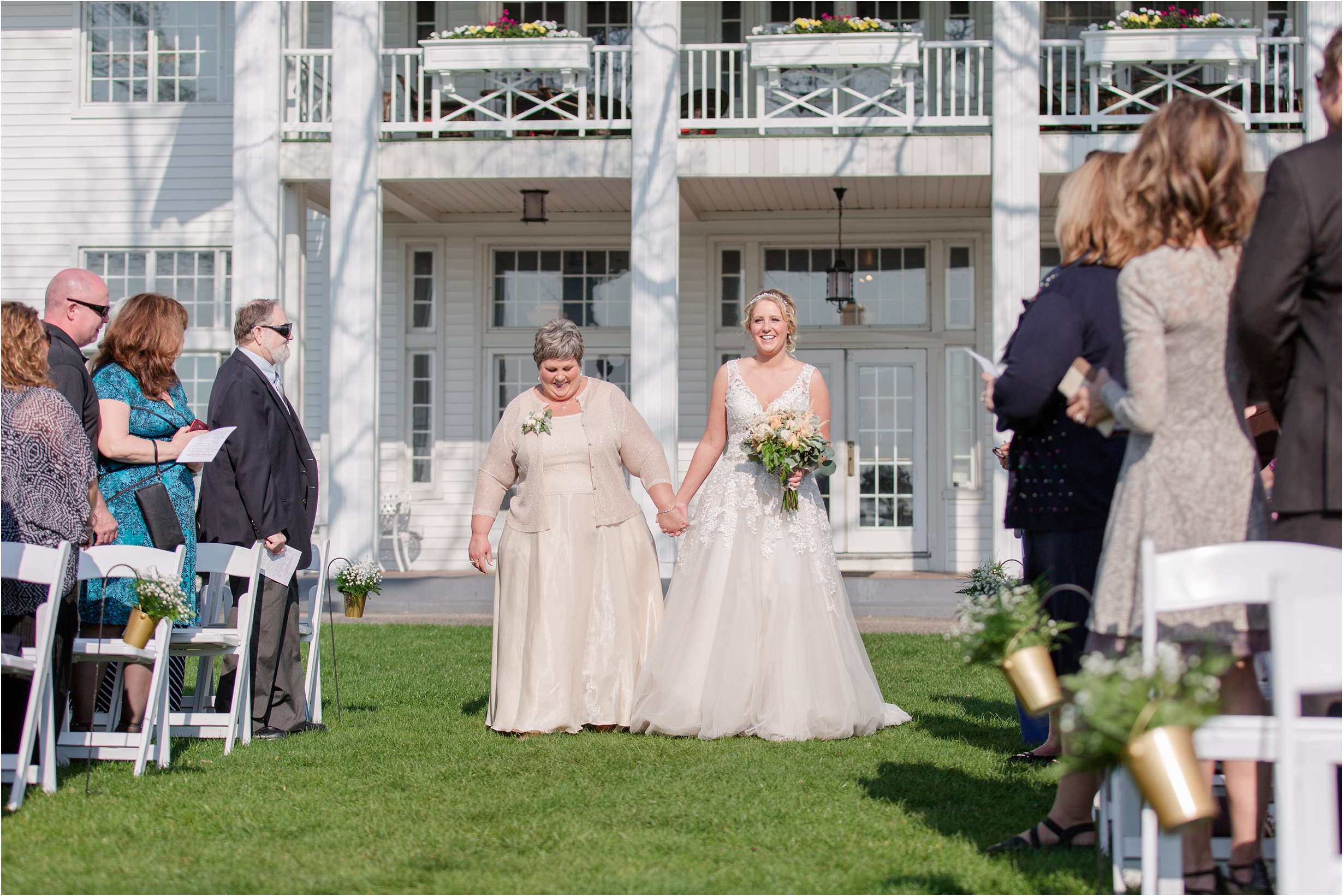 romantic-timeless-candid-wedding-photos-at-waldenwoods-resort-and-conference-center-by-courtney-carolyn-photography_0008.jpg