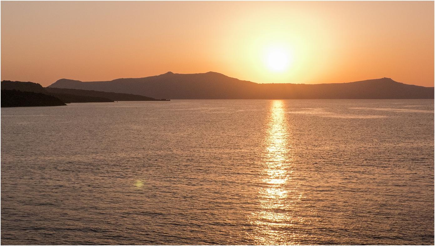 santorini-greece-wedding-photos-in-oia-destination-wedding-photographer-by-courtney-carolyn-photography_0020.jpg