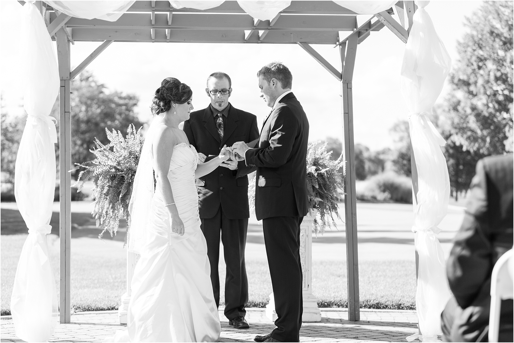 classic-wedding-photos-at-great-oaks-country-club-in-rochester-hills-mi-by-courtney-carolyn-photography_0081.jpg