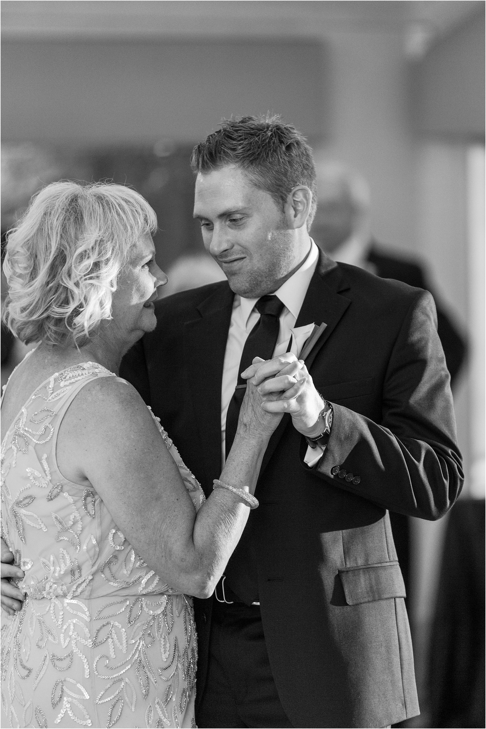 classic-wedding-photos-at-great-oaks-country-club-in-rochester-hills-mi-by-courtney-carolyn-photography_0110.jpg