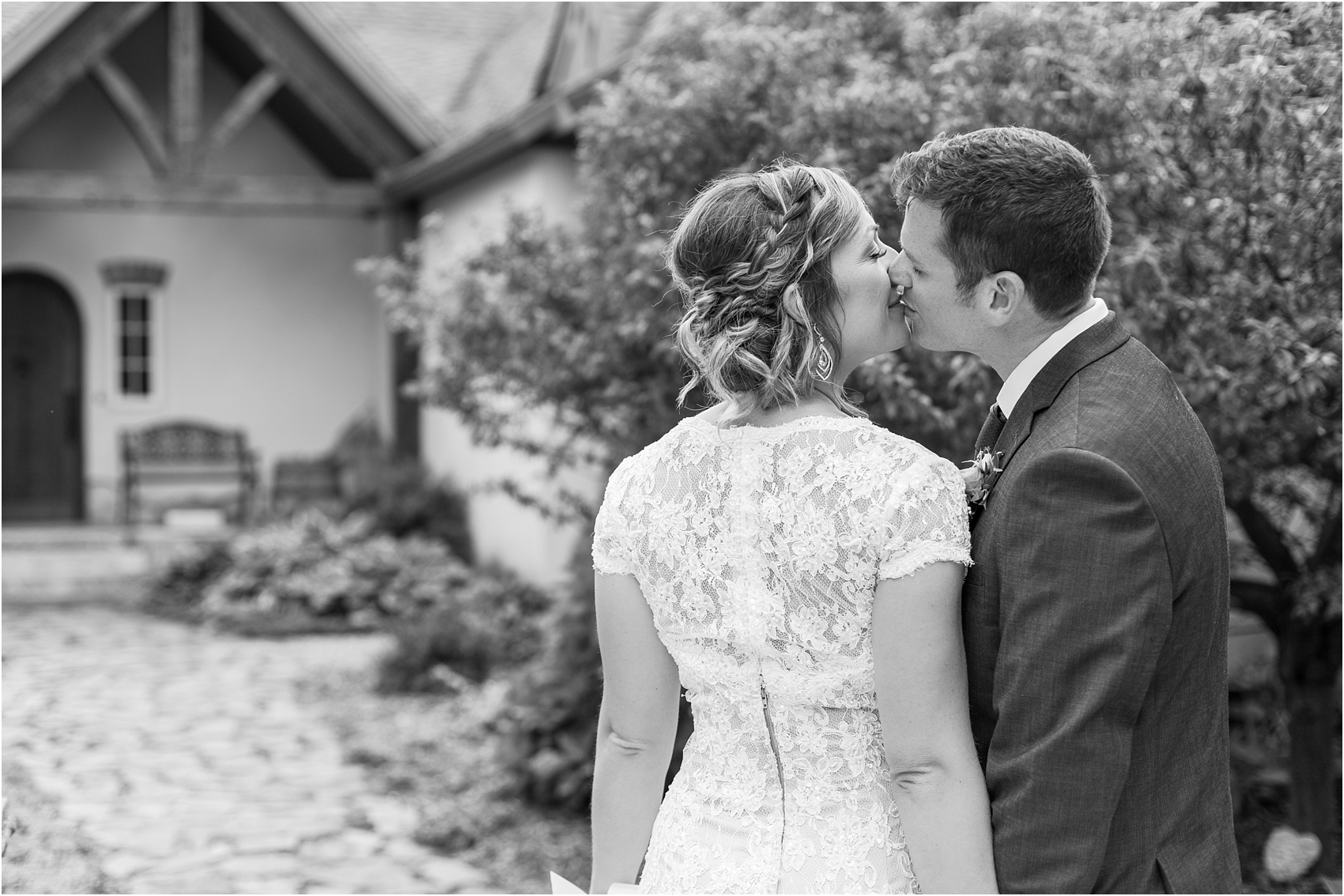 romantic-intimate-backyard-wedding-photos-at-private-estate-in-ann-arbor-mi-by-courtney-carolyn-photography_0058.jpg