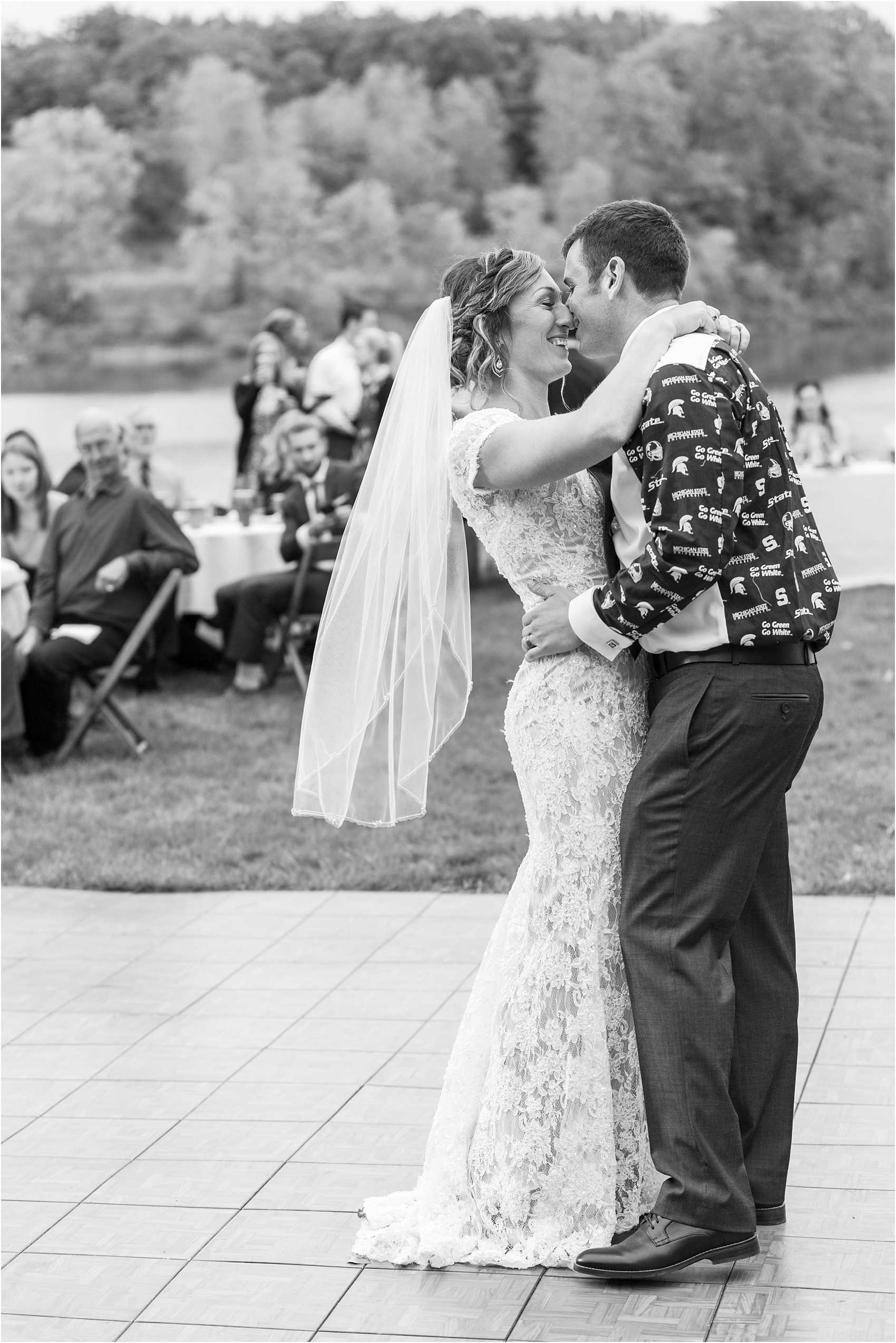 romantic-intimate-backyard-wedding-photos-at-private-estate-in-ann-arbor-mi-by-courtney-carolyn-photography_0143.jpg