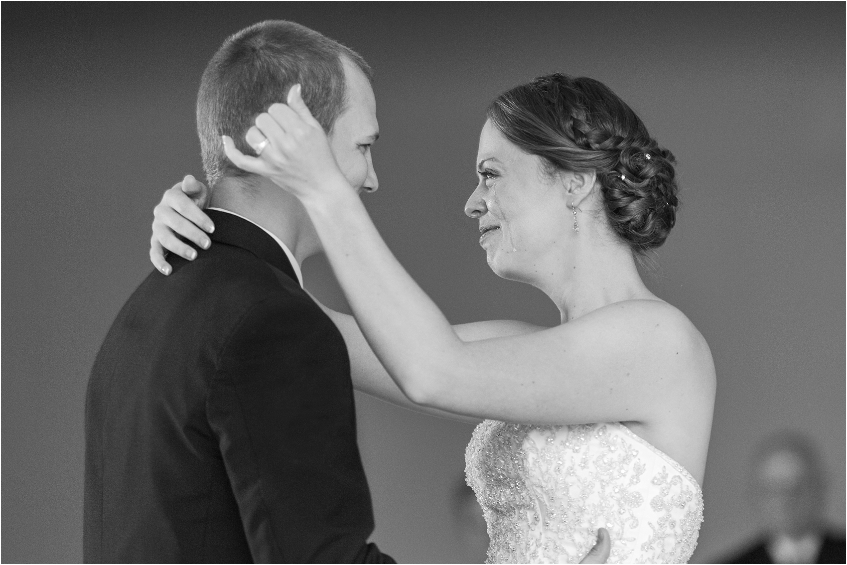 emotional-candid-romantic-wedding-photos-in-detroit-chicago-northern-michigan-by-courtney-carolyn-photography_0009.jpg