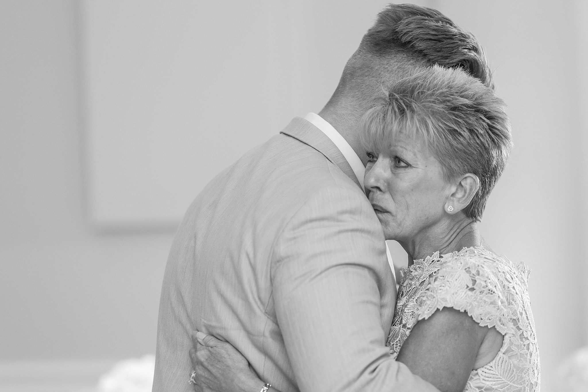 romantic-artful-candid-wedding-photos-in-detroit-lansing-ann-arbor-northern-michigan-and-chicago-by-courtney-carolyn-photography_0007.jpg