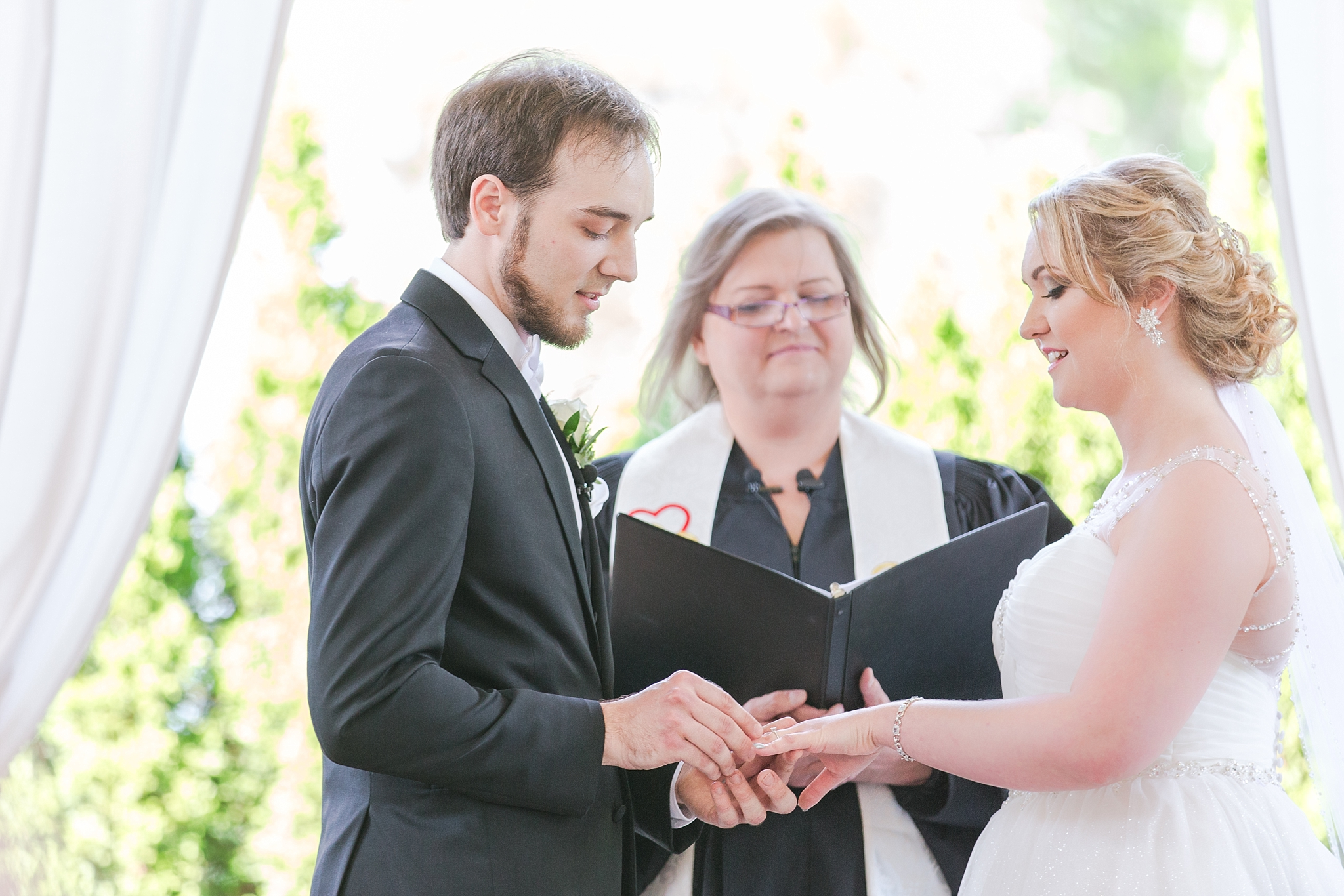 romantic-artful-candid-wedding-photos-in-detroit-lansing-ann-arbor-northern-michigan-and-chicago-by-courtney-carolyn-photography_0027.jpg