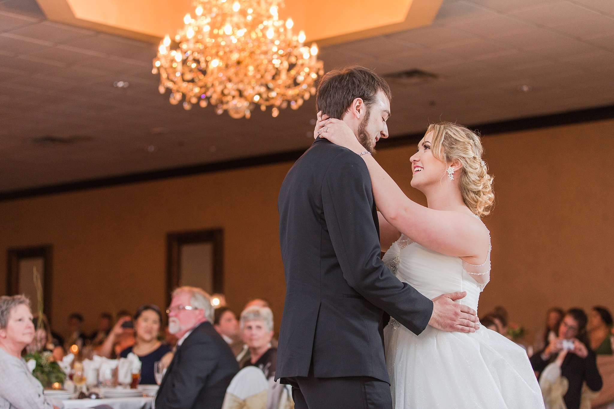 romantic-artful-candid-wedding-photos-in-detroit-lansing-ann-arbor-northern-michigan-and-chicago-by-courtney-carolyn-photography_0036.jpg