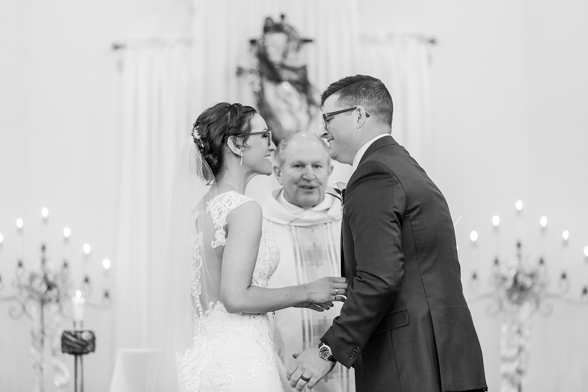 classic-timeless-candid-wedding-photos-in-grosse-ile-and-trenton-michigan-by-courtney-carolyn-photography_0026.jpg