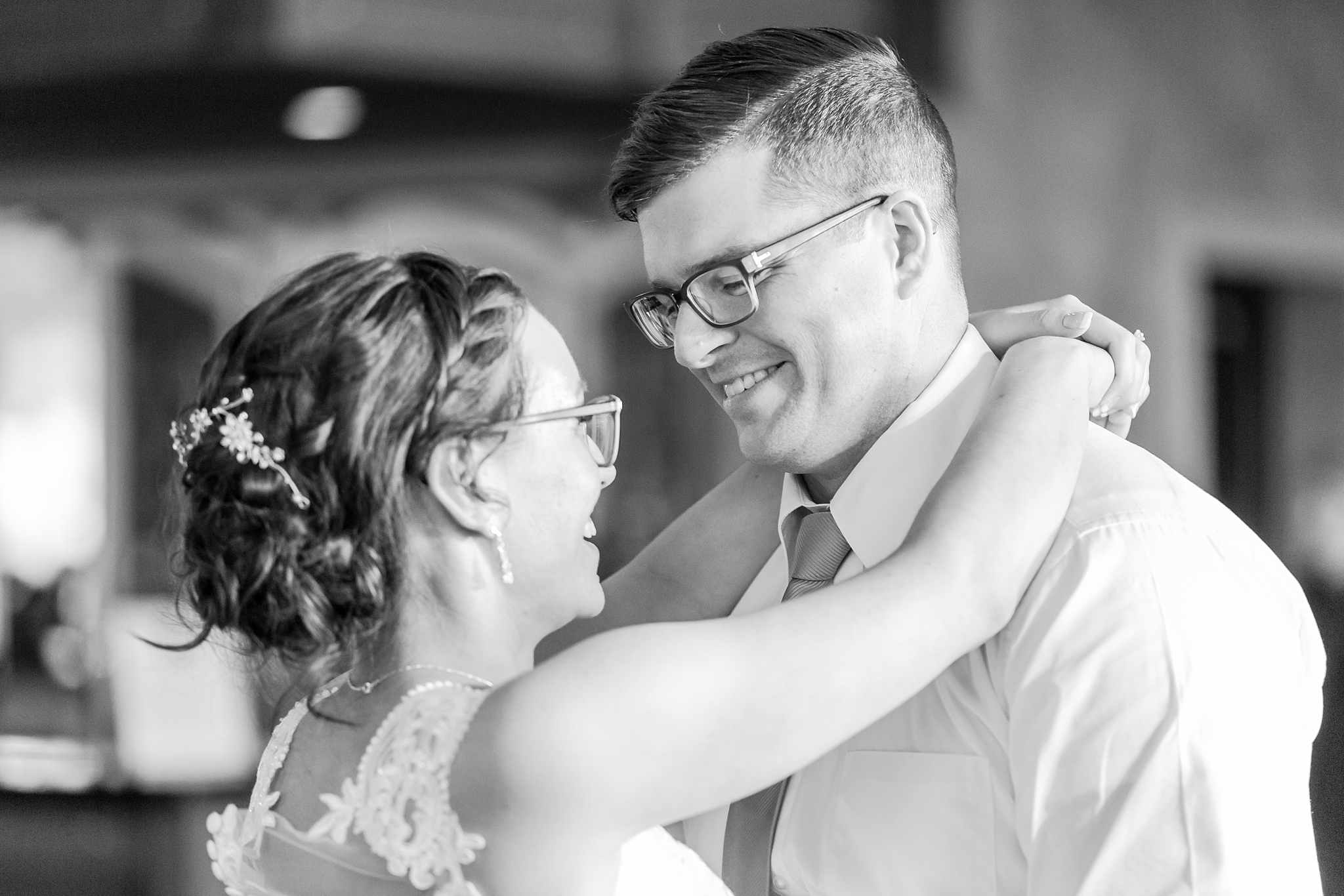 classic-timeless-candid-wedding-photos-in-grosse-ile-and-trenton-michigan-by-courtney-carolyn-photography_0072.jpg