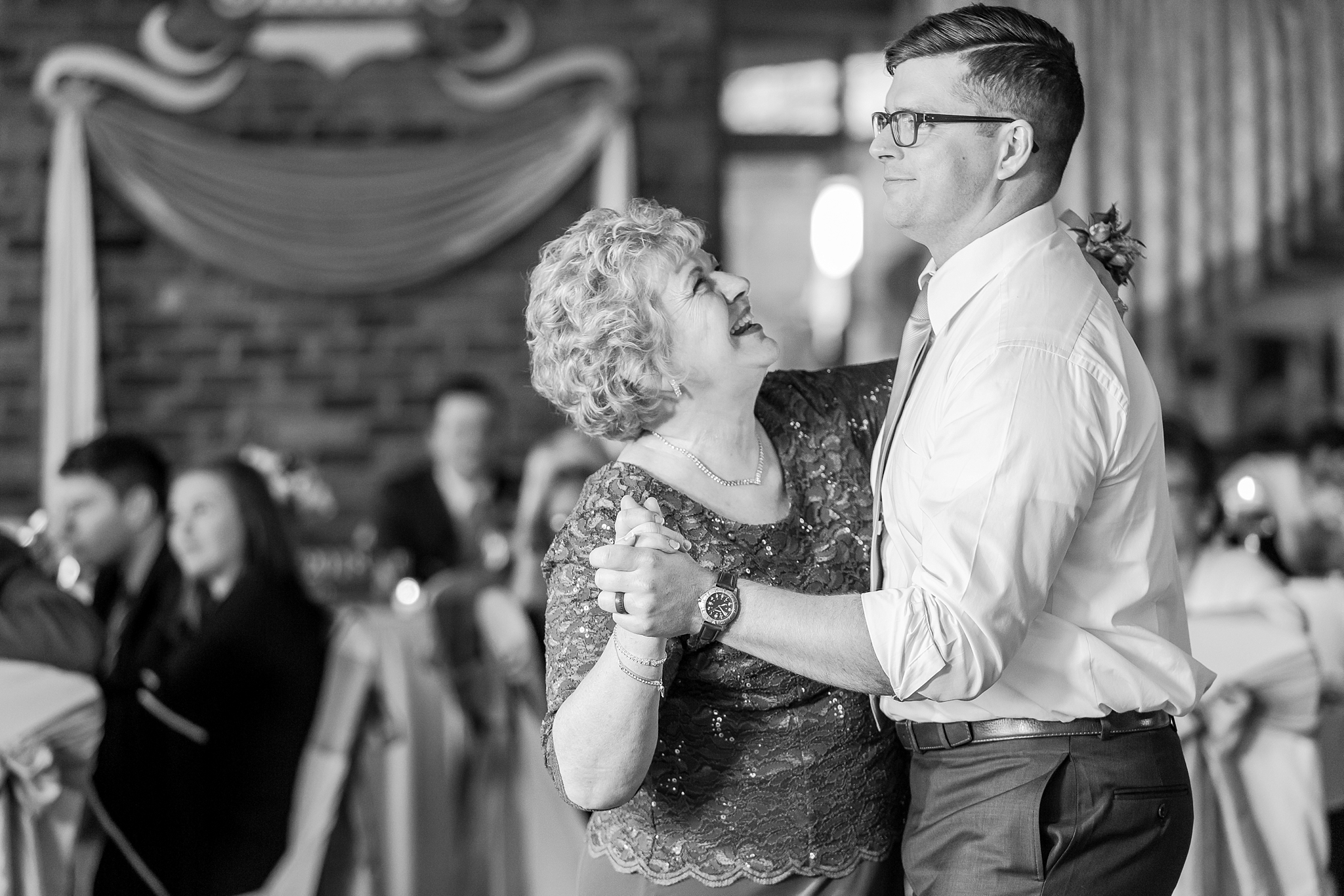 classic-timeless-candid-wedding-photos-in-grosse-ile-and-trenton-michigan-by-courtney-carolyn-photography_0077.jpg