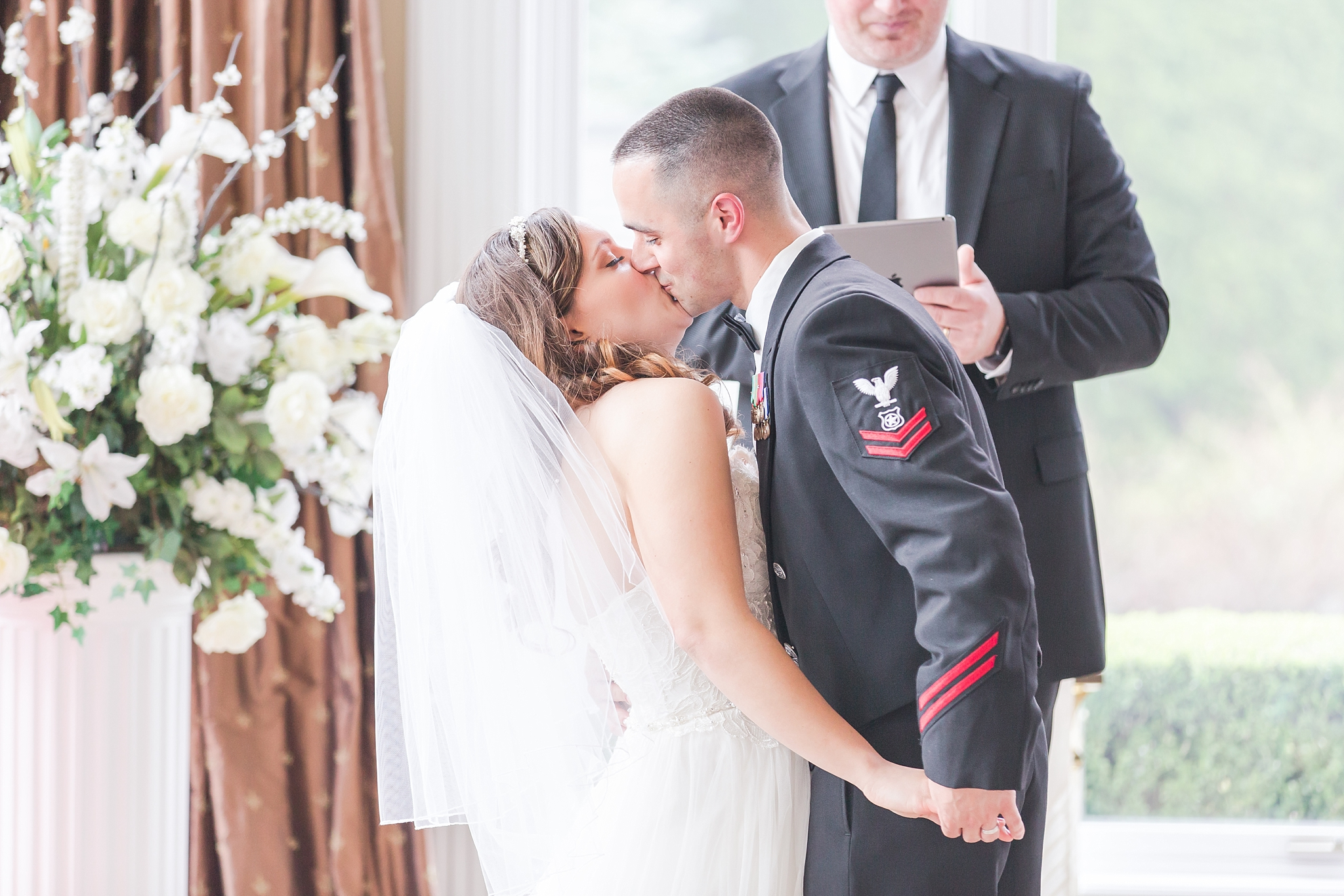 romantic-artful-candid-wedding-photos-in-st-clair-shores-at-the-white-house-wedding-chapel-by-courtney-carolyn-photography_0033.jpg