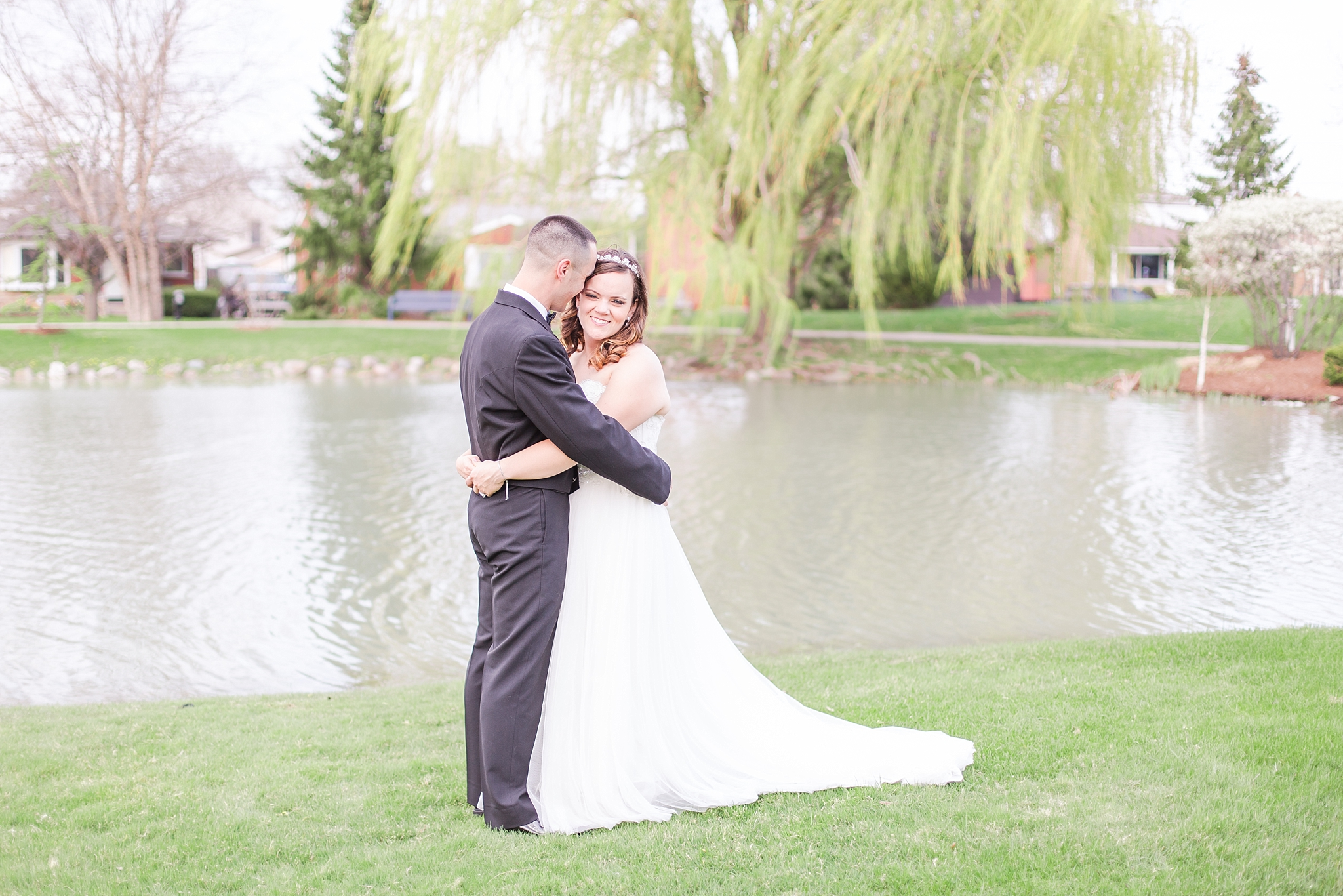 romantic-artful-candid-wedding-photos-in-st-clair-shores-at-the-white-house-wedding-chapel-by-courtney-carolyn-photography_0057.jpg