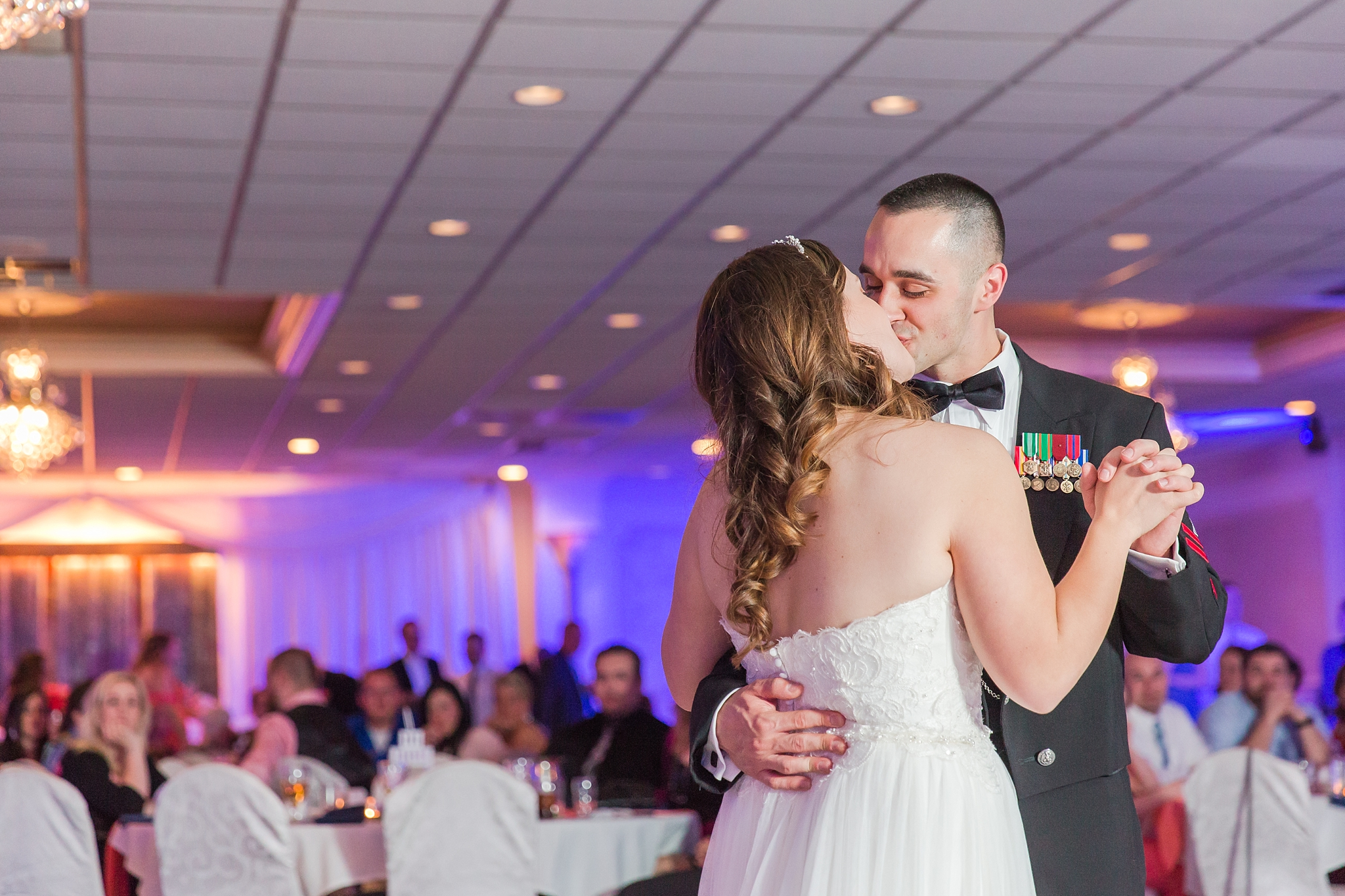 romantic-artful-candid-wedding-photos-in-st-clair-shores-at-the-white-house-wedding-chapel-by-courtney-carolyn-photography_0076.jpg