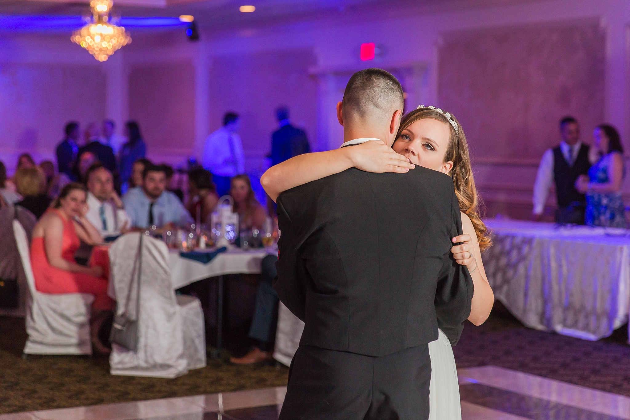 romantic-artful-candid-wedding-photos-in-st-clair-shores-at-the-white-house-wedding-chapel-by-courtney-carolyn-photography_0080.jpg