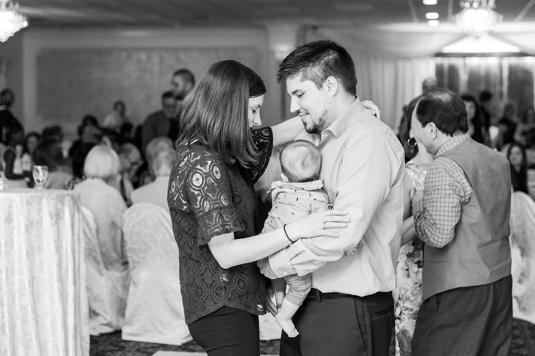 romantic-artful-candid-wedding-photos-in-st-clair-shores-at-the-white-house-wedding-chapel-by-courtney-carolyn-photography_0085.jpg