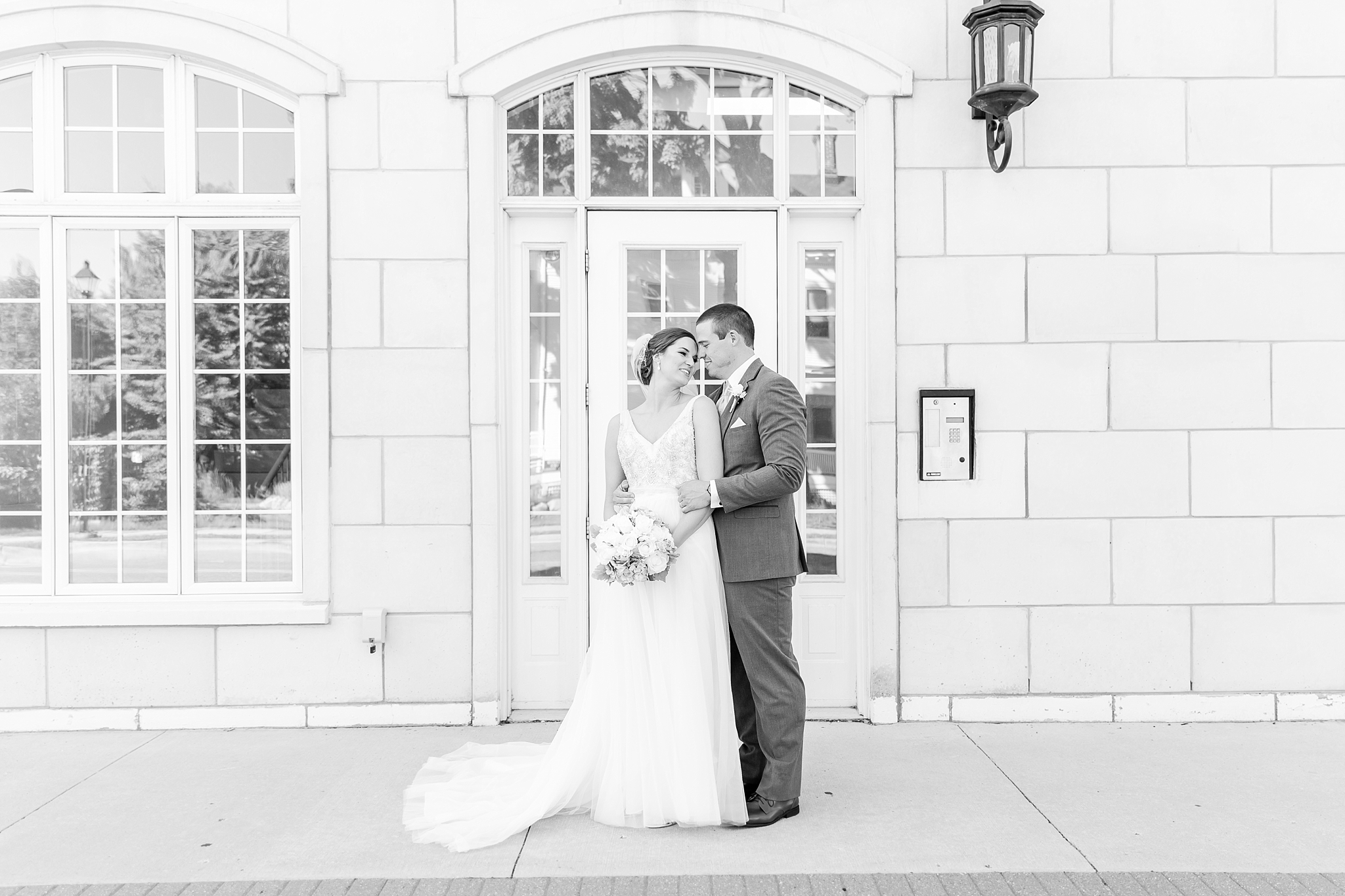 classic-intimate-fun-wedding-photos-at-the-meeting-house-grand-ballroom-in-plymouth-michigan-by-courtney-carolyn-photography_0069.jpg