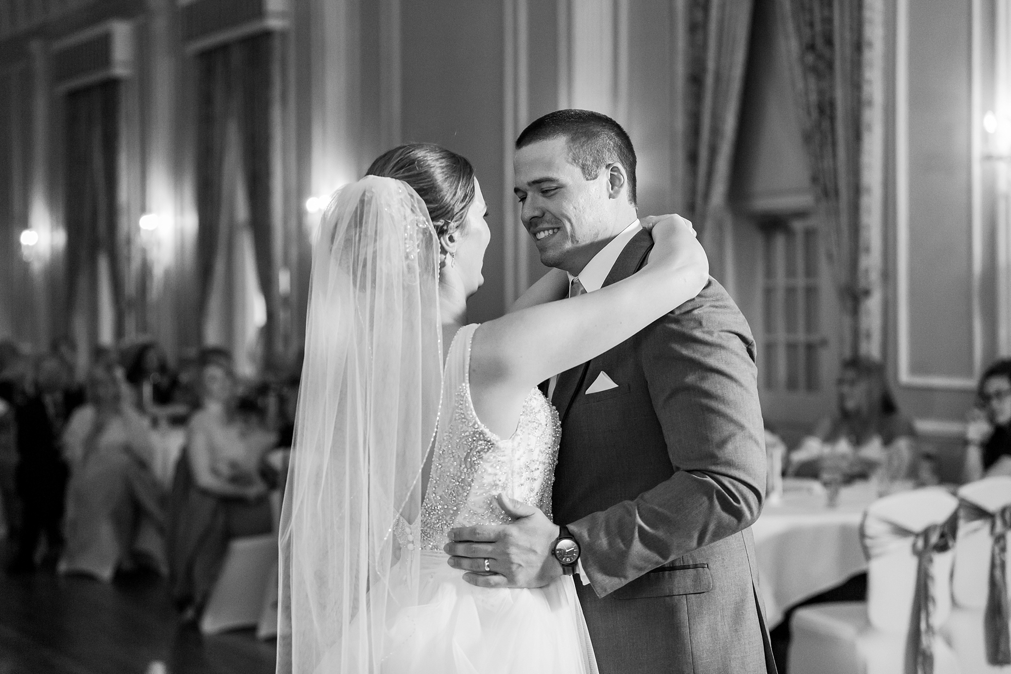 classic-intimate-fun-wedding-photos-at-the-meeting-house-grand-ballroom-in-plymouth-michigan-by-courtney-carolyn-photography_0097.jpg