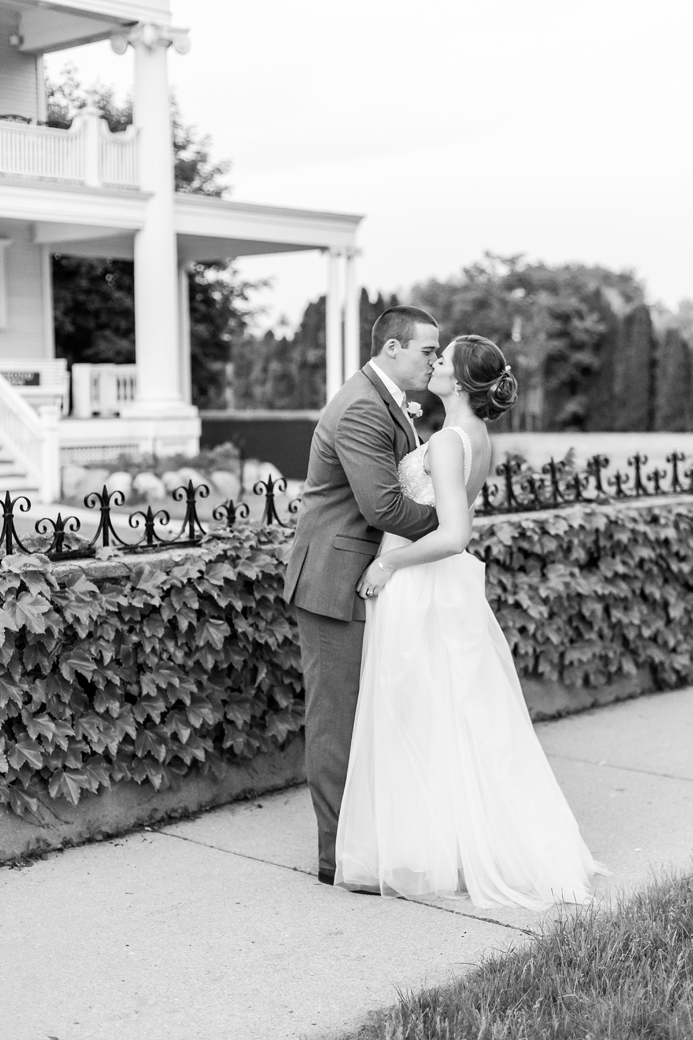 classic-intimate-fun-wedding-photos-at-the-meeting-house-grand-ballroom-in-plymouth-michigan-by-courtney-carolyn-photography_0102.jpg