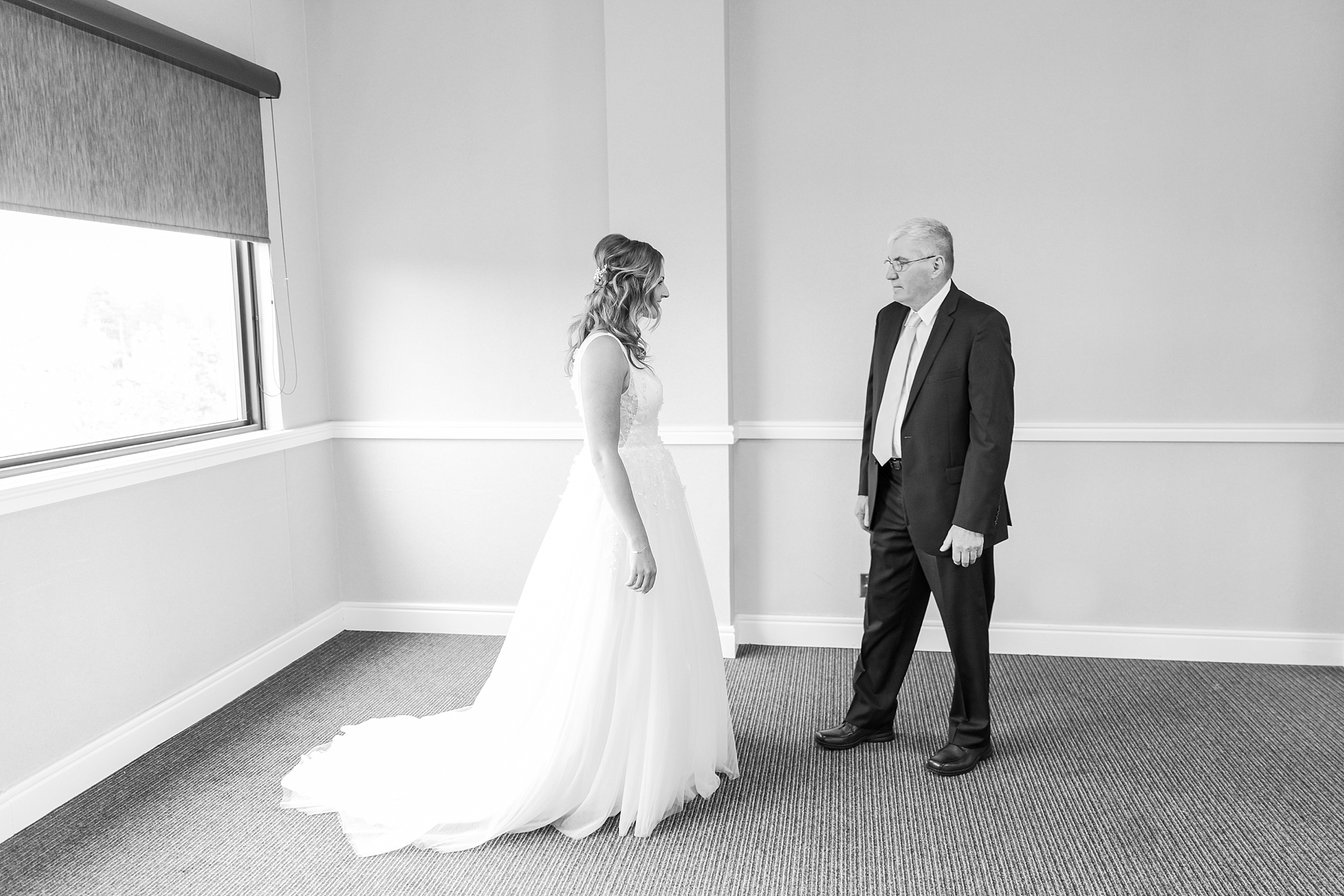 joyful-candid-laid-back-wedding-photos-in-ann-arbor-michigan-and-at-the-eagle-crest-golf-resort-by-courtney-carolyn-photography_0018.jpg