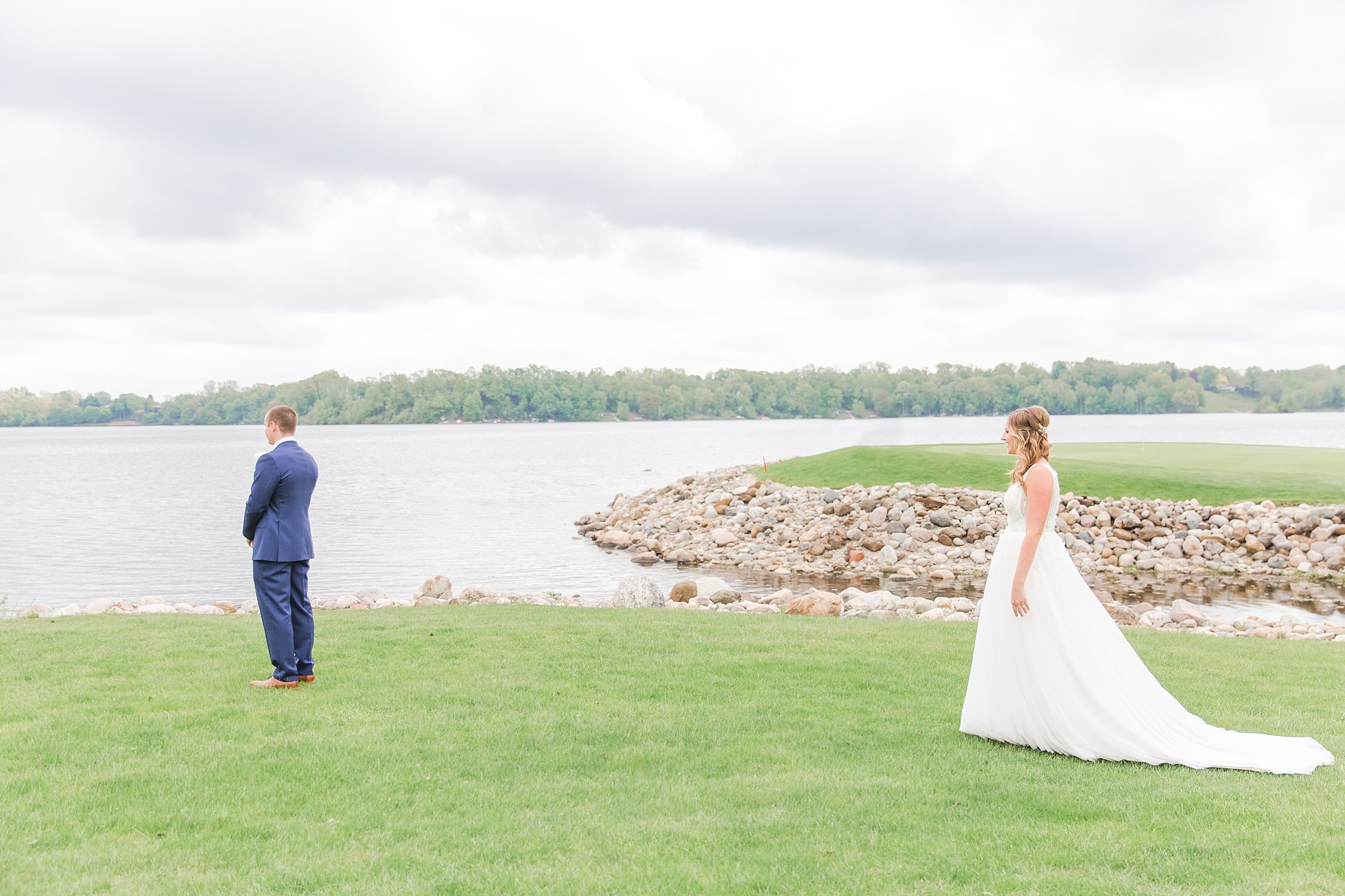 joyful-candid-laid-back-wedding-photos-in-ann-arbor-michigan-and-at-the-eagle-crest-golf-resort-by-courtney-carolyn-photography_0023.jpg