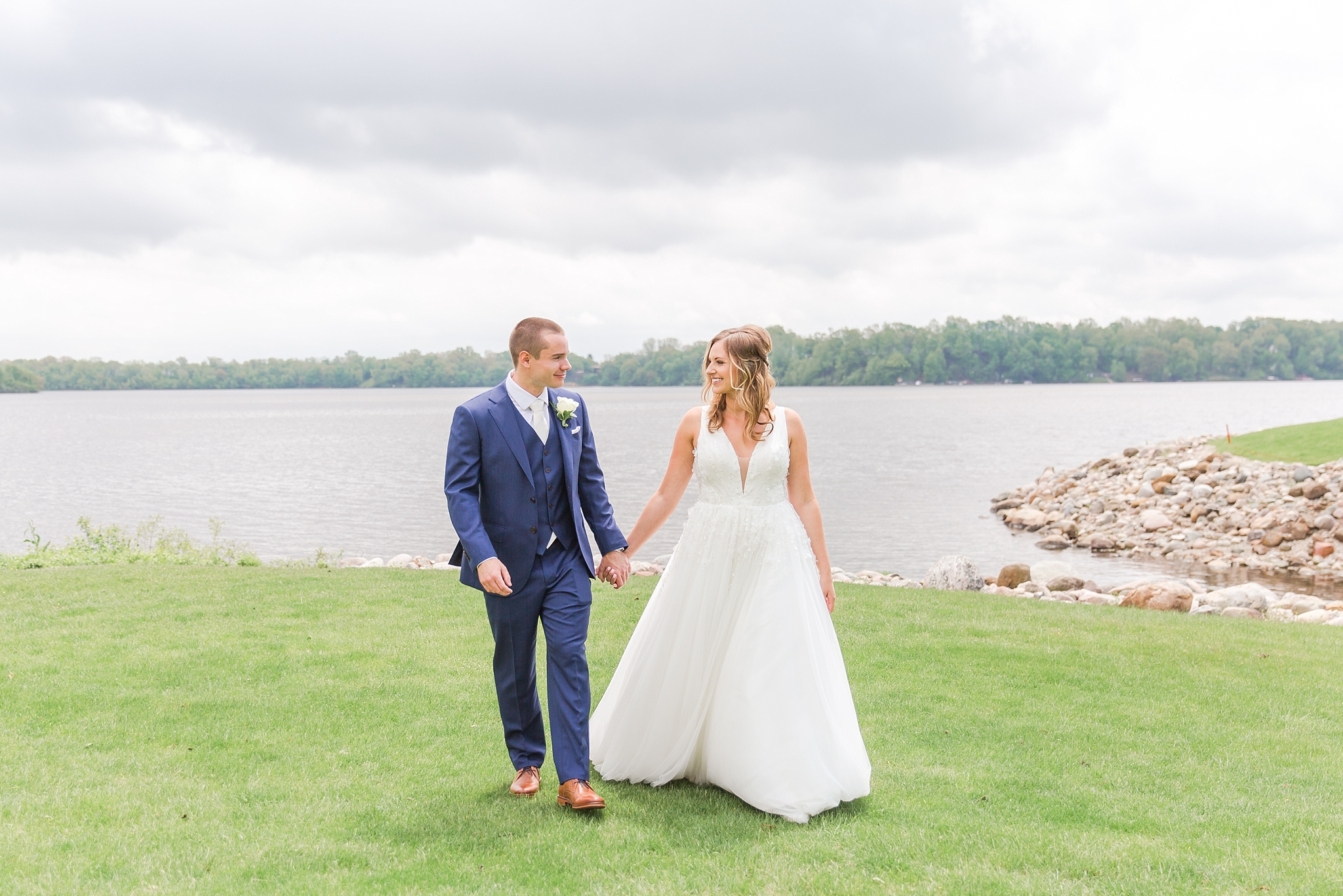 joyful-candid-laid-back-wedding-photos-in-ann-arbor-michigan-and-at-the-eagle-crest-golf-resort-by-courtney-carolyn-photography_0027.jpg