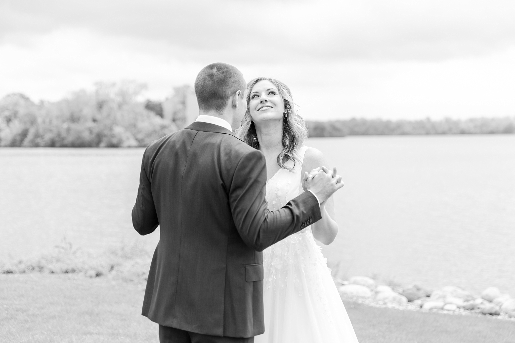 joyful-candid-laid-back-wedding-photos-in-ann-arbor-michigan-and-at-the-eagle-crest-golf-resort-by-courtney-carolyn-photography_0028.jpg