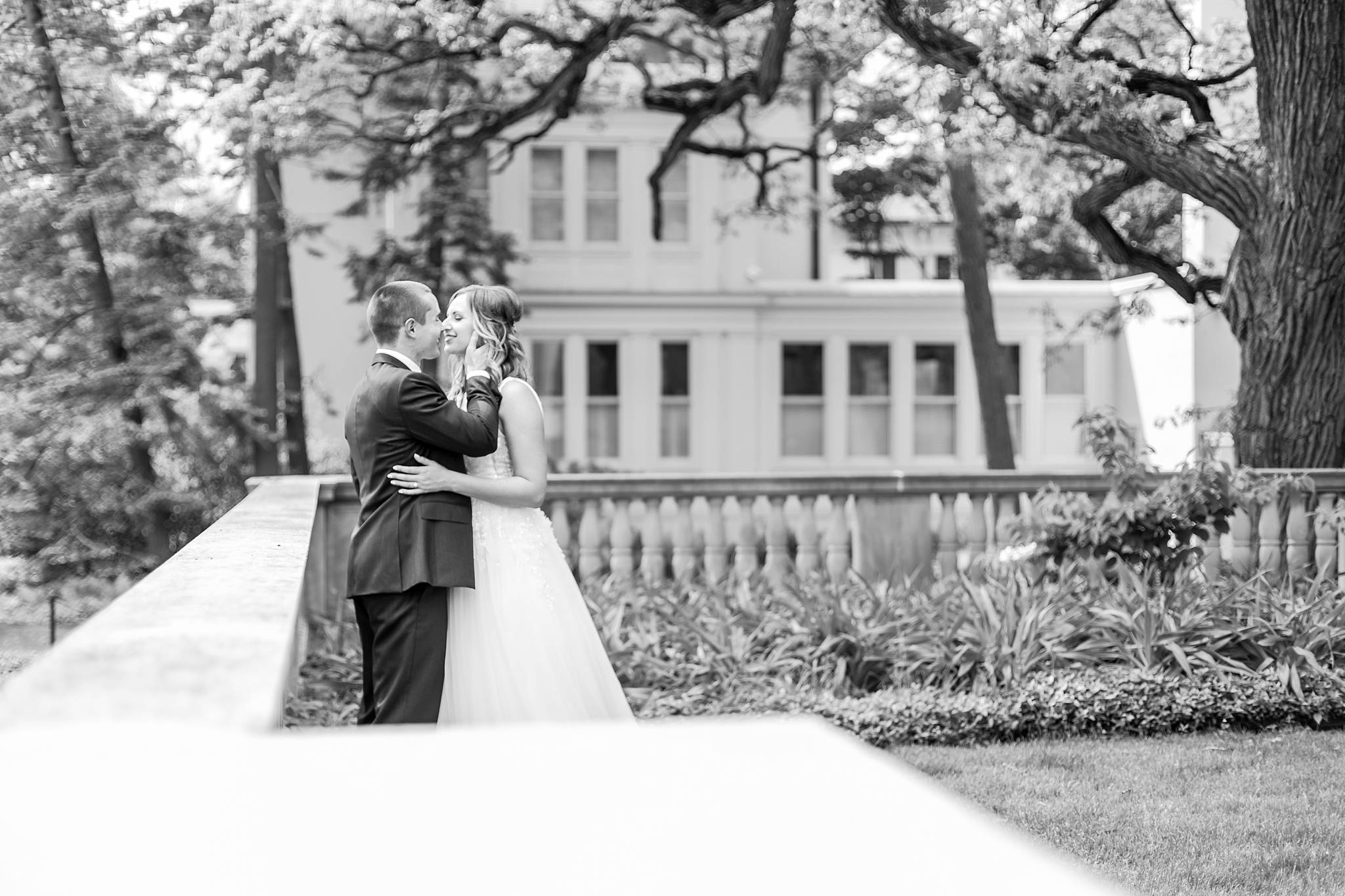joyful-candid-laid-back-wedding-photos-in-ann-arbor-michigan-and-at-the-eagle-crest-golf-resort-by-courtney-carolyn-photography_0065.jpg