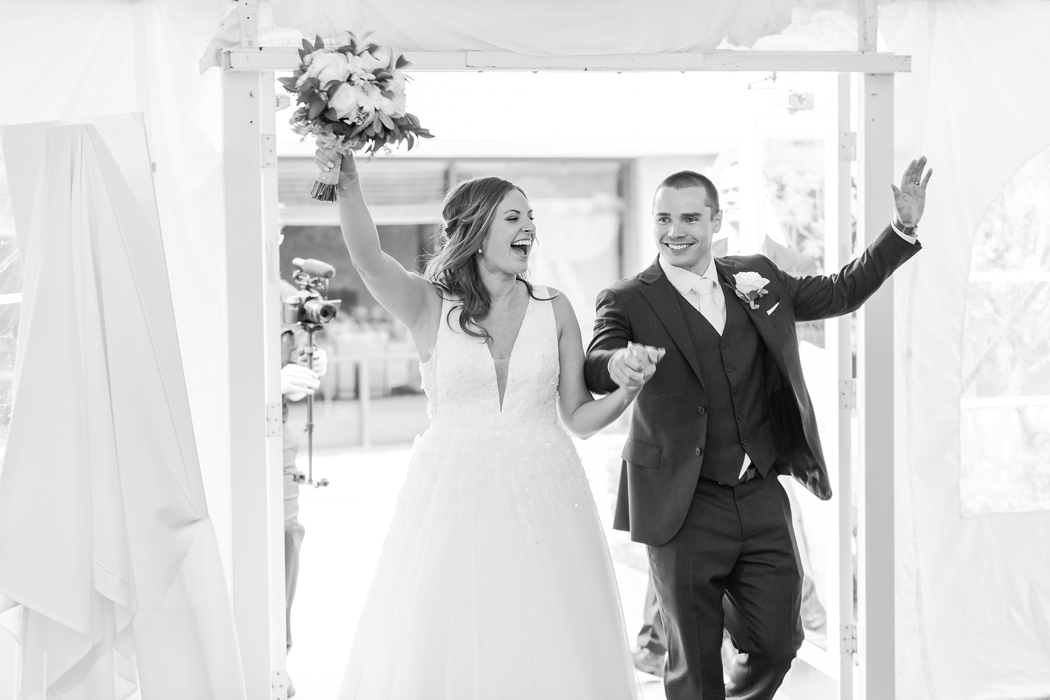 joyful-candid-laid-back-wedding-photos-in-ann-arbor-michigan-and-at-the-eagle-crest-golf-resort-by-courtney-carolyn-photography_0087.jpg