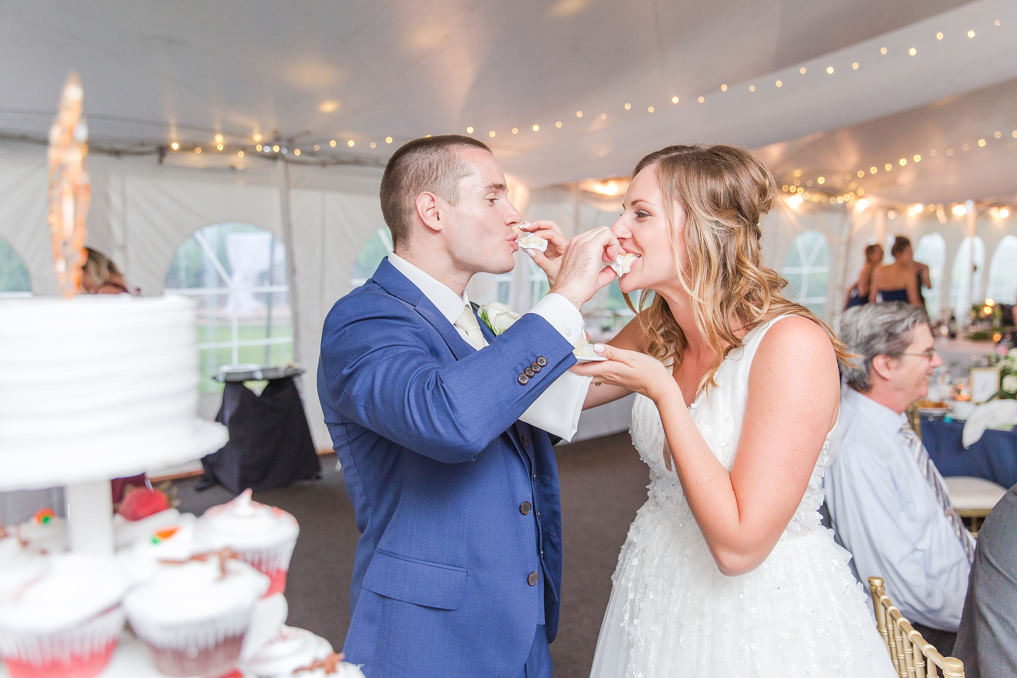 joyful-candid-laid-back-wedding-photos-in-ann-arbor-michigan-and-at-the-eagle-crest-golf-resort-by-courtney-carolyn-photography_0110.jpg