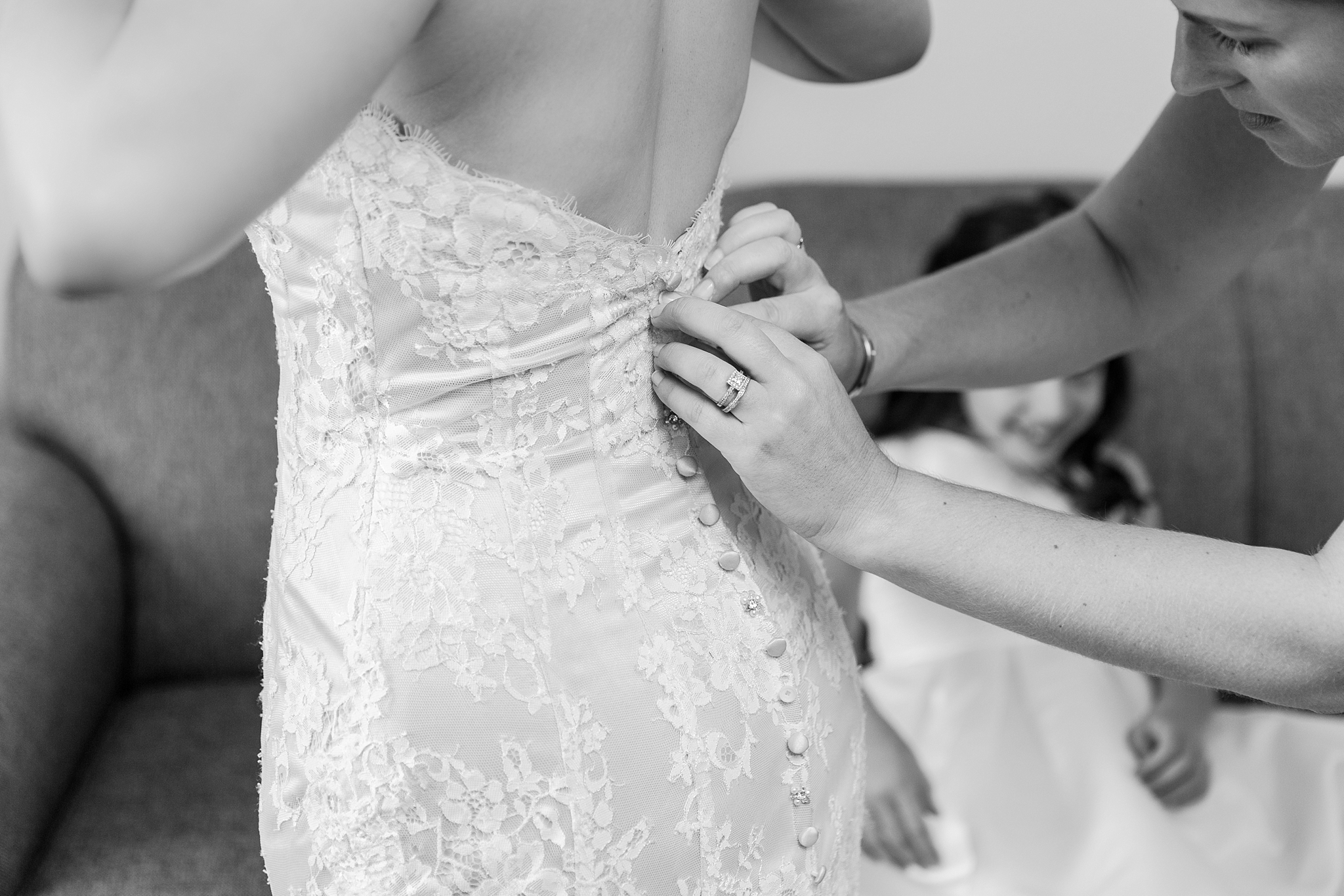 fun-candid-laid-back-wedding-photos-at-wellers-carriage-house-in-saline-michigan-and-at-the-eagle-crest-golf-resort-by-courtney-carolyn-photography_0004.jpg